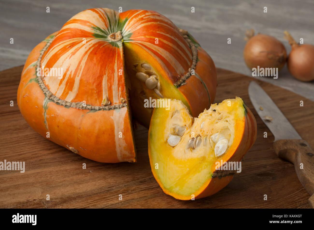 Cimelio di fresco turban arancione squash e slice Immagini Stock