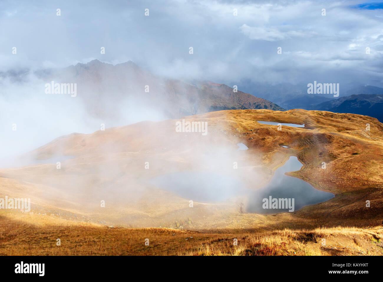 Maestoso paesaggio di montagna. koruldi laghi e un turista ammirando la vista. attiva il concetto di vita Immagini Stock