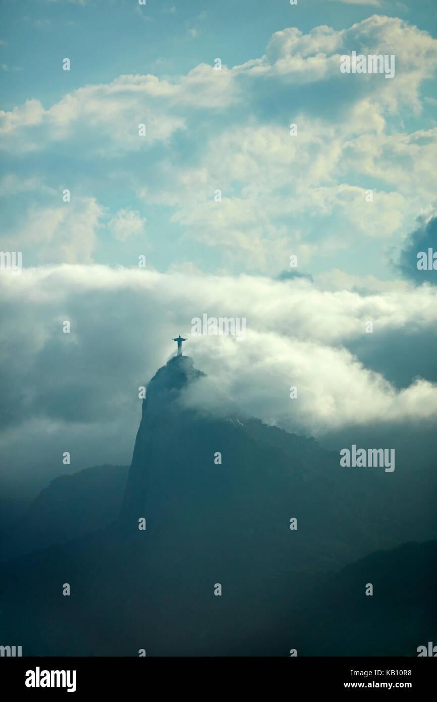 Cristo redentore tra le nuvole in cima al Corcovado, visto da niteroi city park, Niteroi, rio de janeiro, Brasile, Immagini Stock