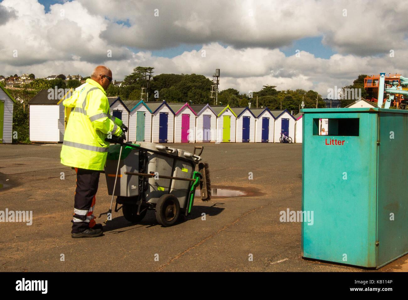 Seaside Beach spazzatura raccolta di lettiera, la gestione dei rifiuti Immagini Stock