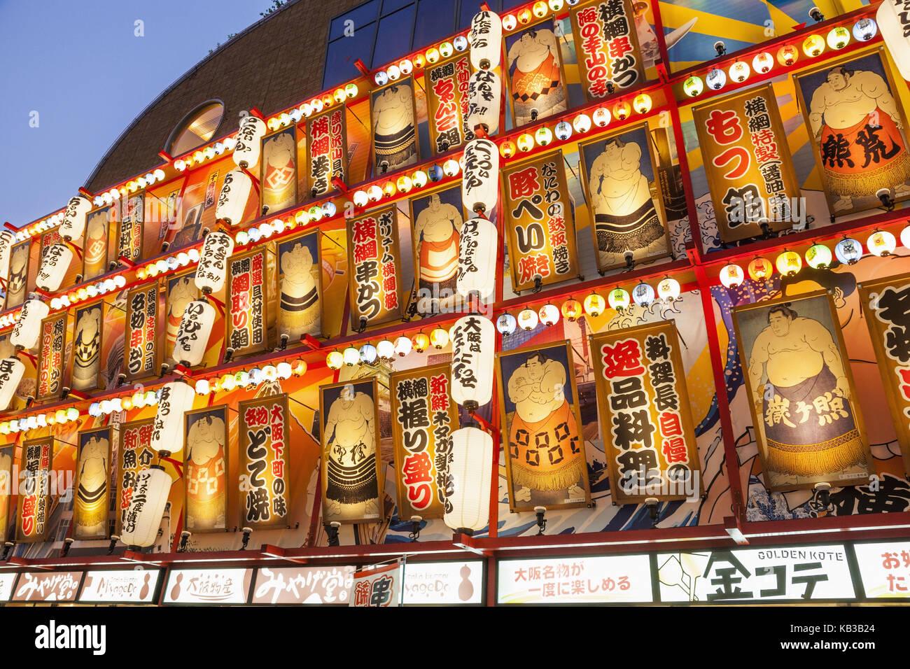 Giappone, Honshu, Kansai di osaka, tennoji, ristorante facciata con lanterne e foto di lottatori di sumo, crepuscolo, Immagini Stock