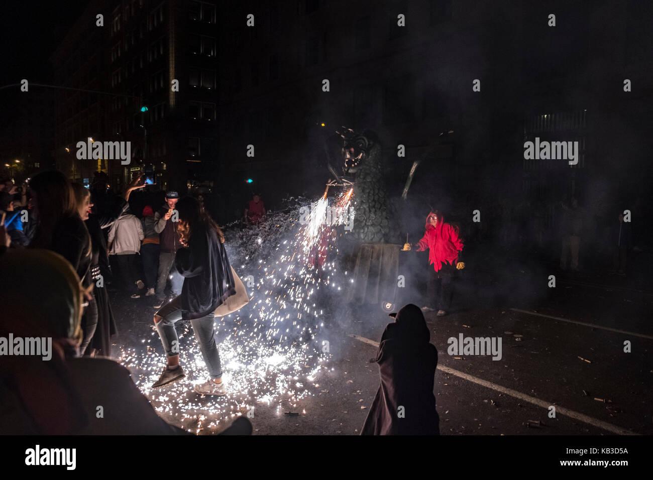 Correfocs sono tra le più suggestive caratteristiche presenti in catalano festival. In il correfoc, un gruppo Immagini Stock