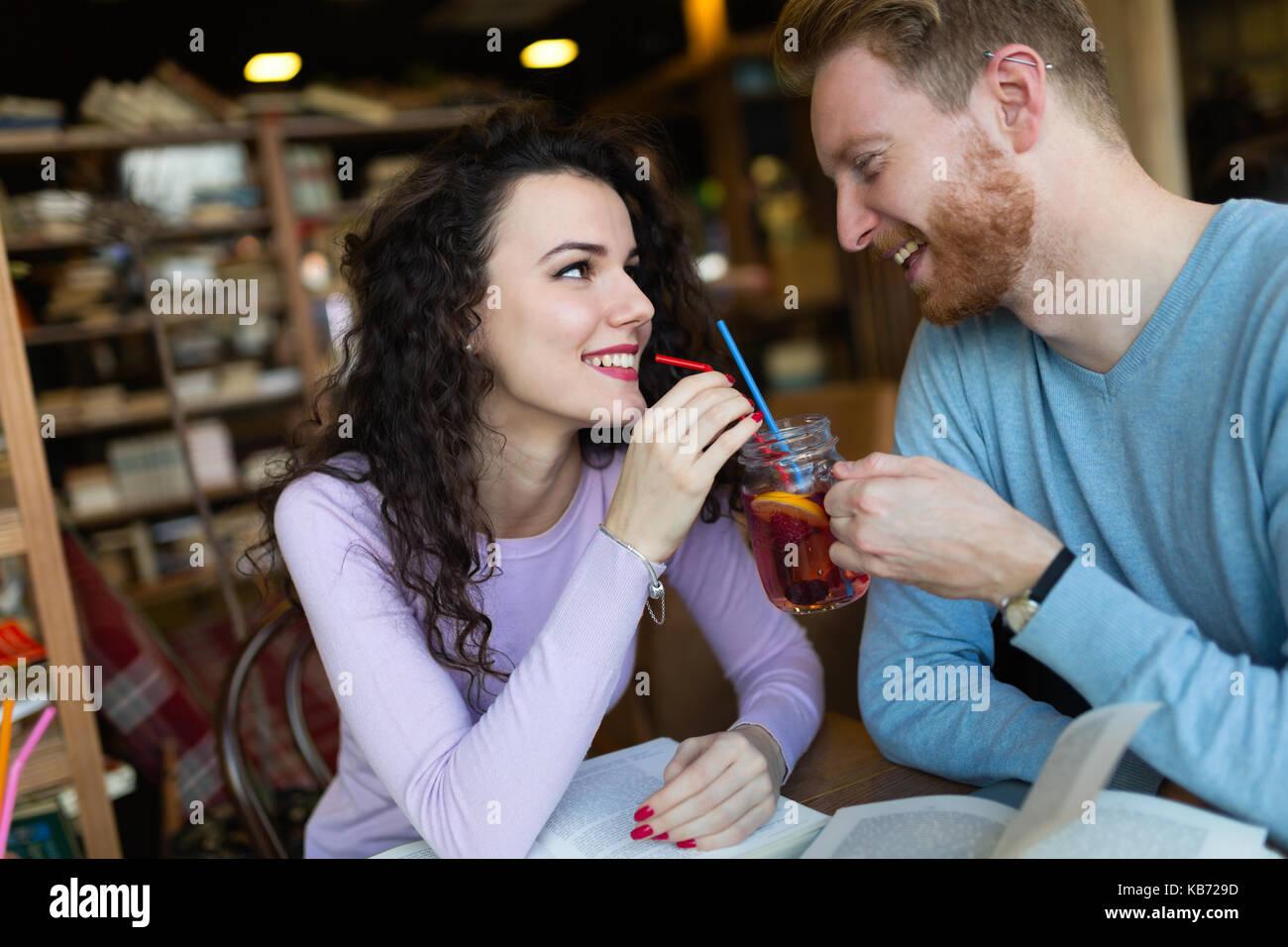 I giovani studenti di trascorrere del tempo in un coffee shop libri di lettura Immagini Stock