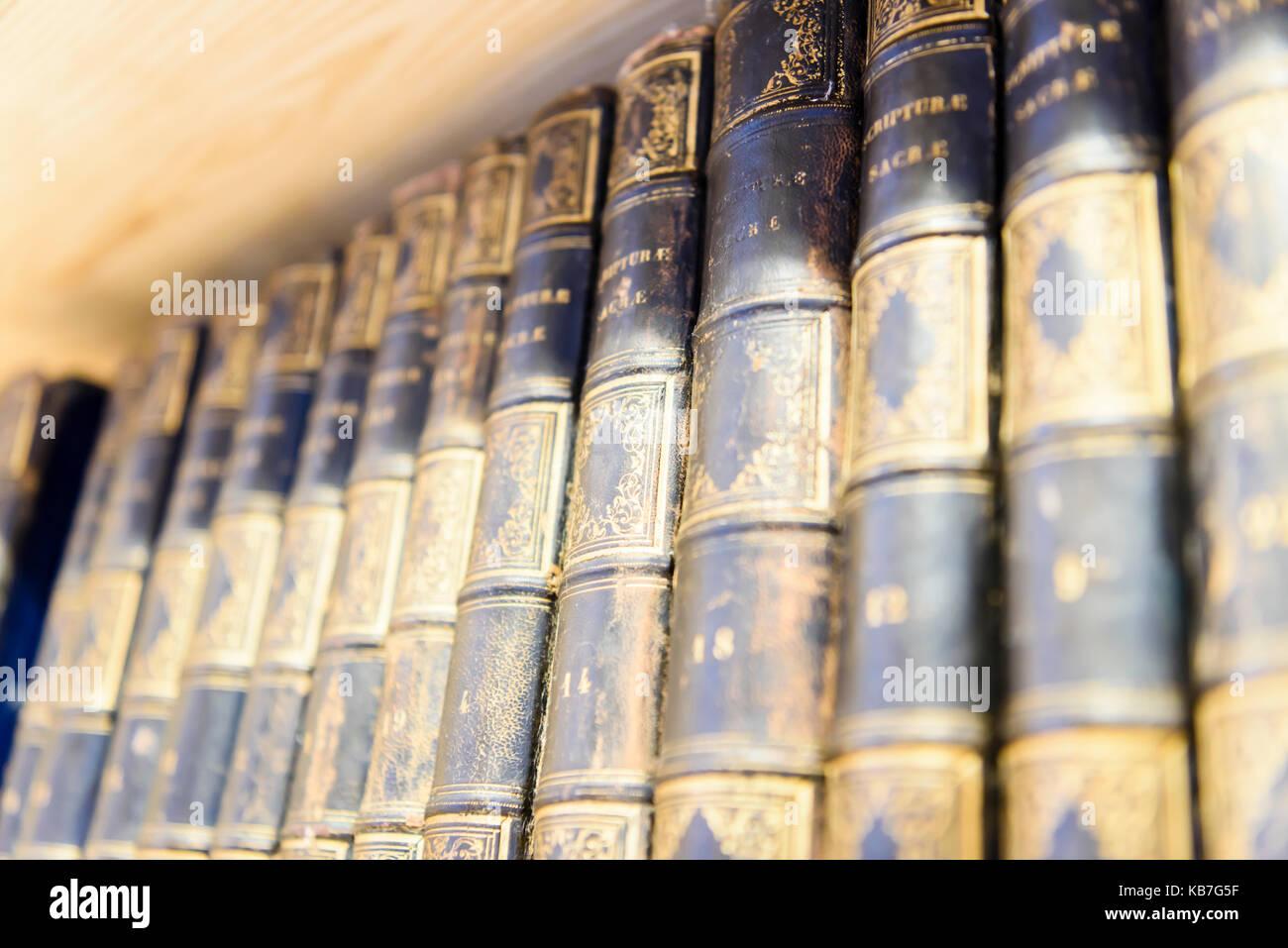 Vecchio Irish teologia dei libri in una biblioteca specializzata in storia irlandese. Immagini Stock
