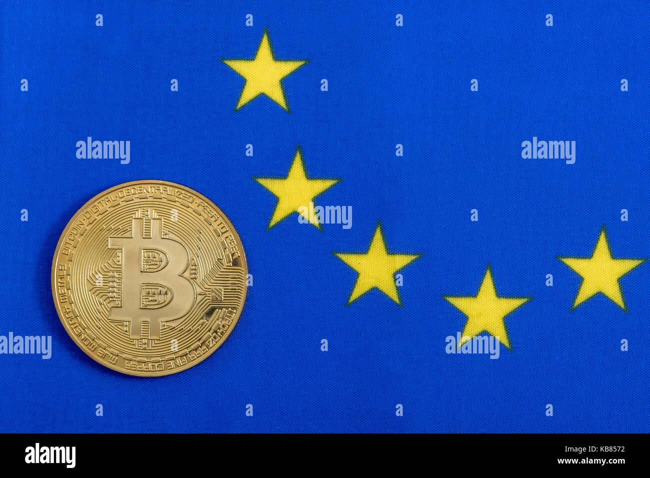 Blue bandiera UE con oro bitcoin - come metafora per il
