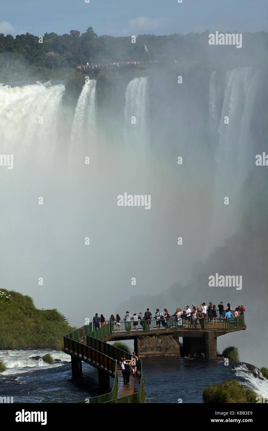 Turisti sulla piattaforma di osservazione sul lato brasiliano delle cascate di Iguazu, Brasile - confine con l'Argentina, Sud America Foto Stock