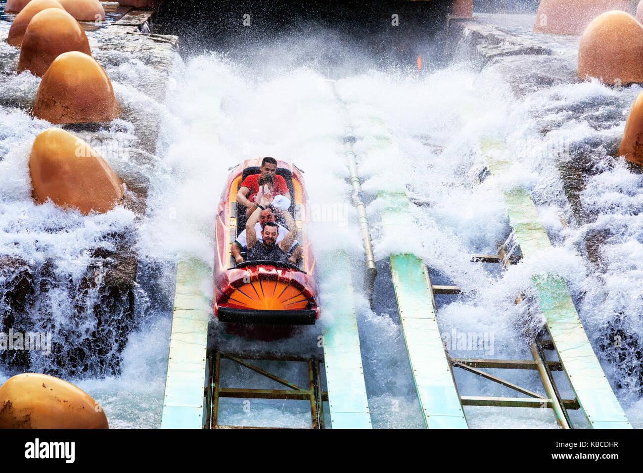 Turisti che si godono la Splash Mountain theme park ride, Universal Studios Orlando, Florida, Stati Uniti d'America Immagini Stock