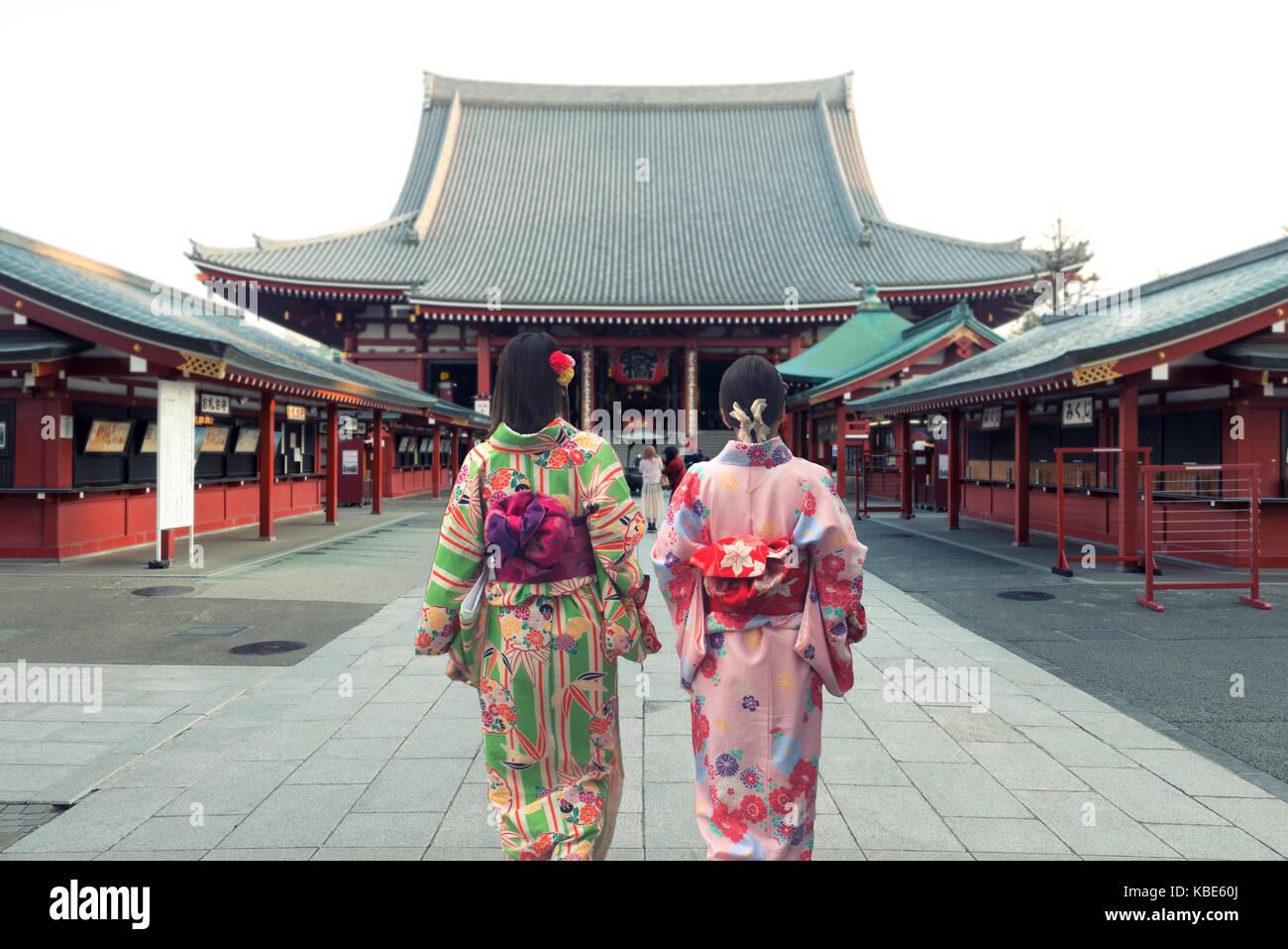Coppia donne asiatiche indossando il tradizionale kimono giapponese nel tempio di Sensoji a Tokyo in Giappone. Immagini Stock