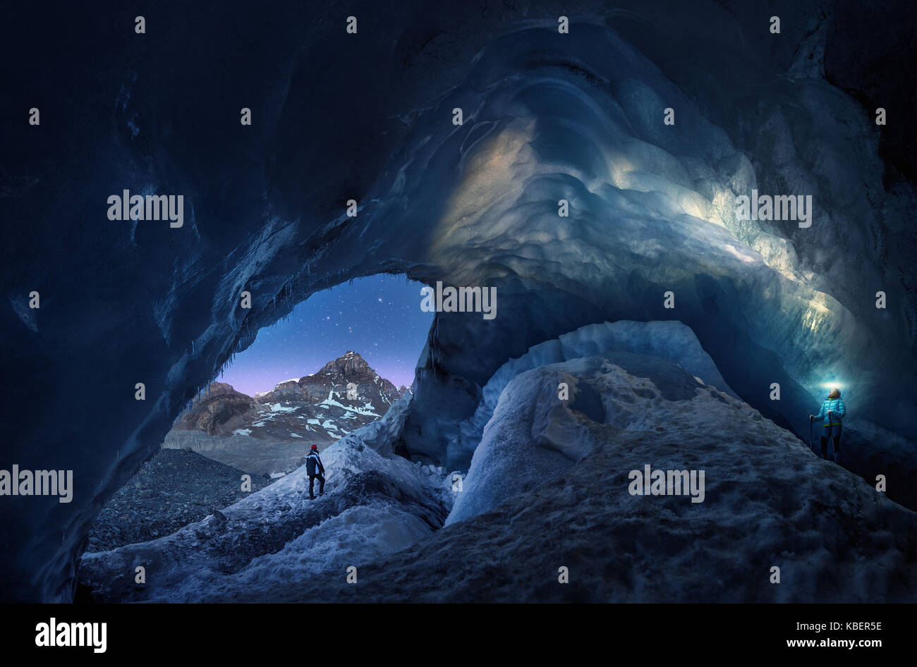 Gli esploratori grotta nel ghiacciaio athacasca caverna di ghiaccio in Canada. Immagini Stock