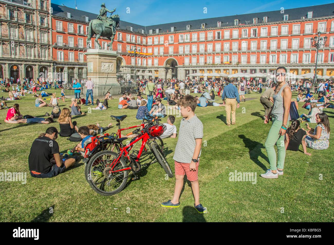 Madrid, Spagna. Il 29 settembre 2017. L'artista urbano spy mettere un prato verde in piazza Mayor per la celebrazione Immagini Stock