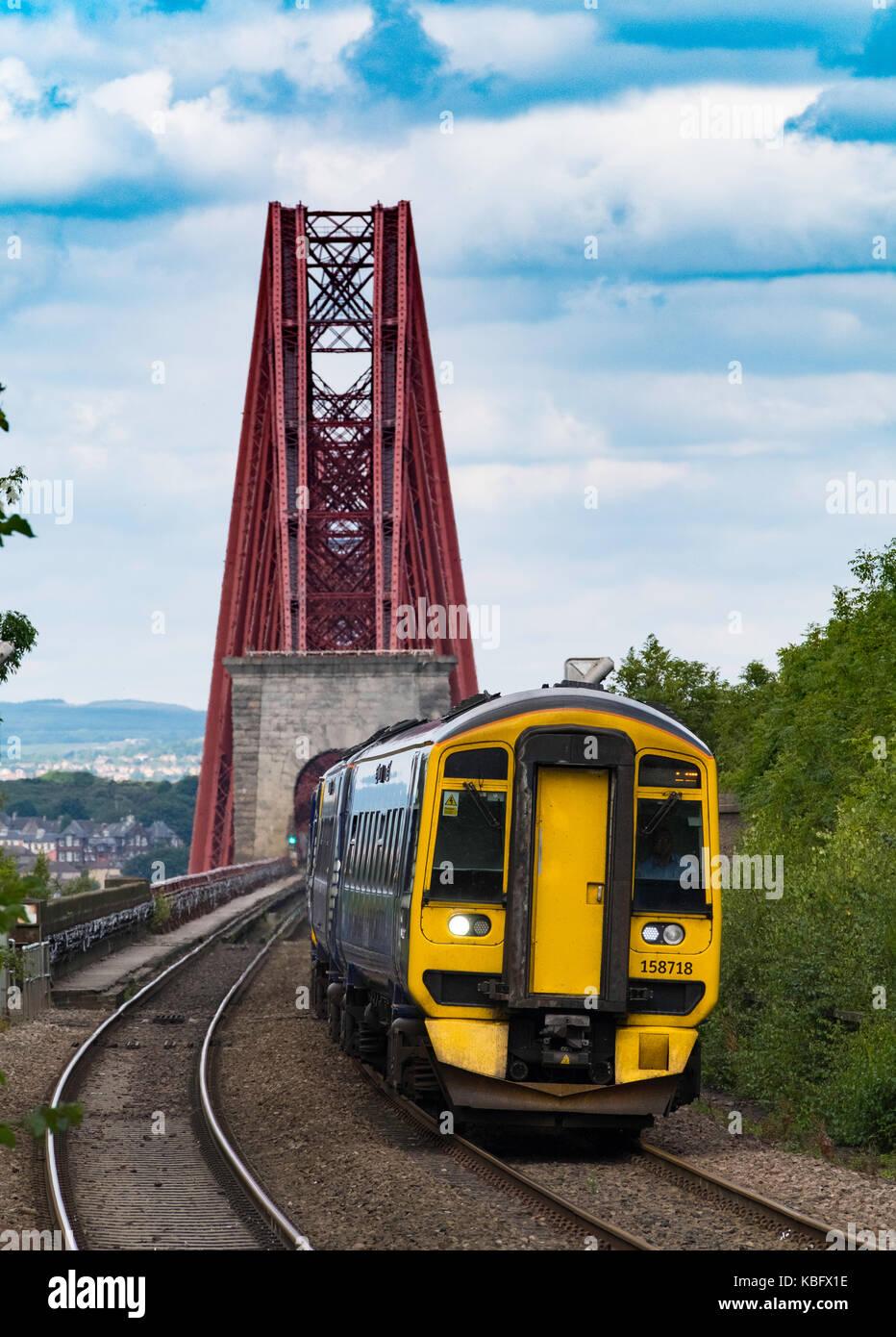 Vista del passeggero scotrail Treno in avvicinamento dalmeny station dopo aver attraversato il ponte Forth Railway Immagini Stock