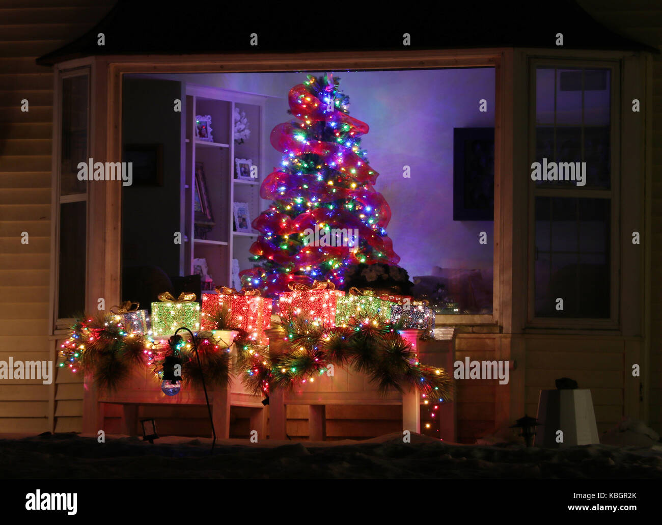 Decorazioni Luminose Per Interni : Finestra decorata con incandescente albero di natale allinterno di