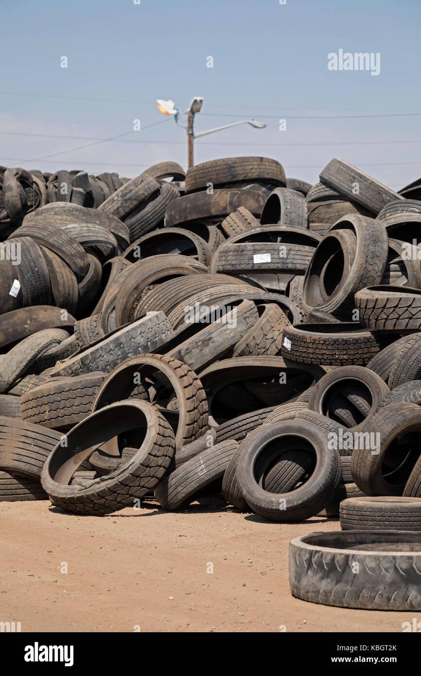 Denver, Colorado - pneumatici usati impilati fino a Colorado per il riciclaggio dei pneumatici. Immagini Stock