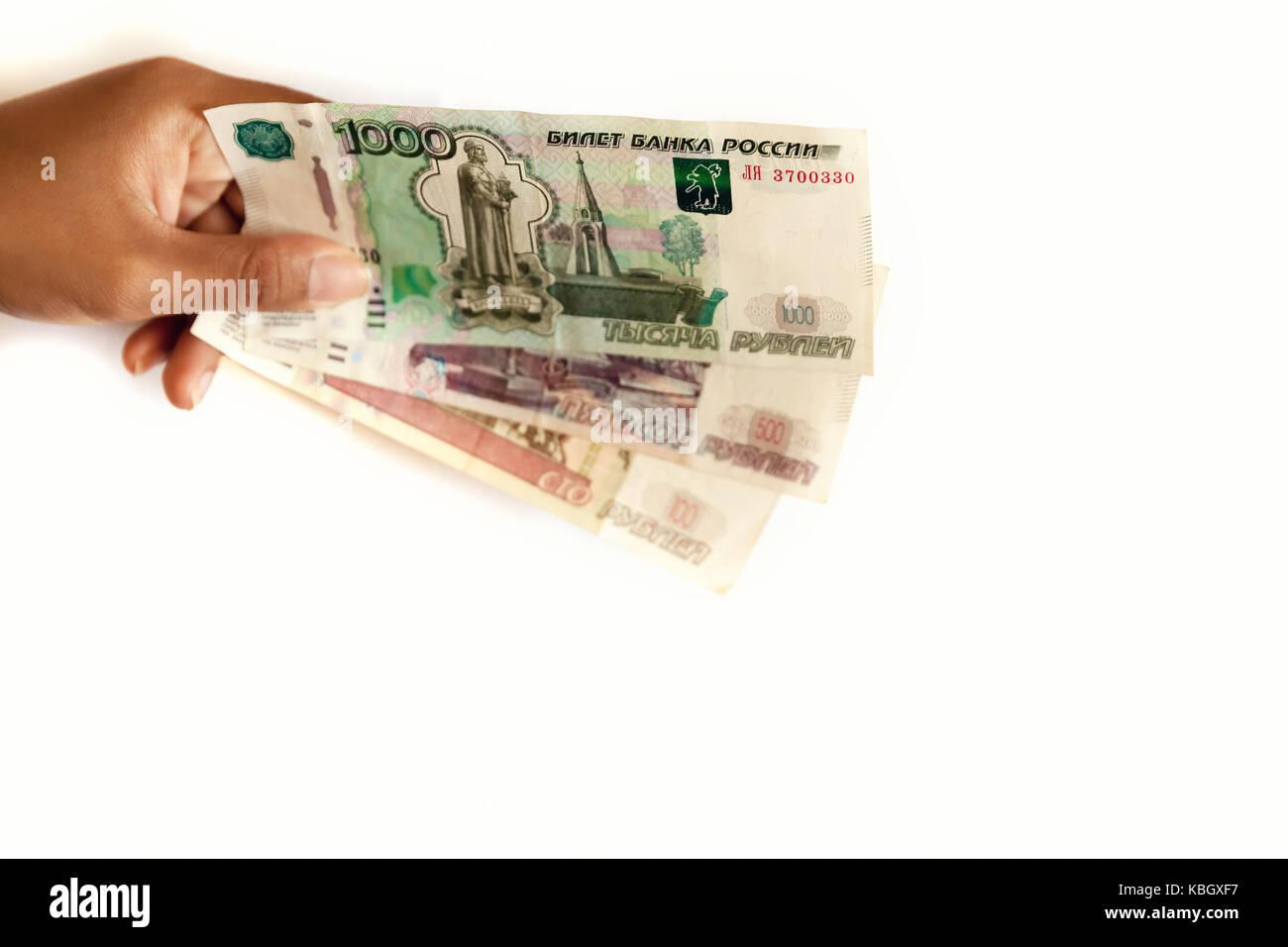 6cf76ed73e Il russo soldi in mano la gente, rublo russo isolato su sfondo bianco.  corrompere