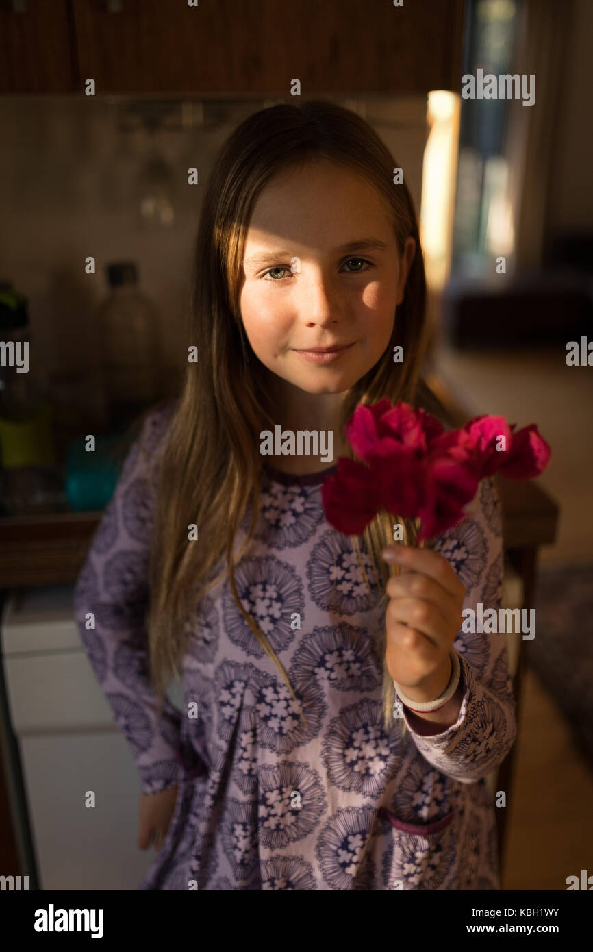 Ritratto di ragazza con fiori a casa Immagini Stock
