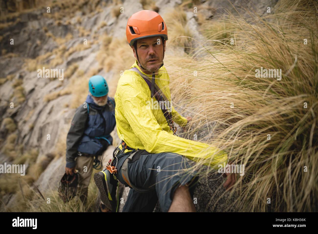 Ritratto di fiducioso uomo montagna arrampicata Immagini Stock