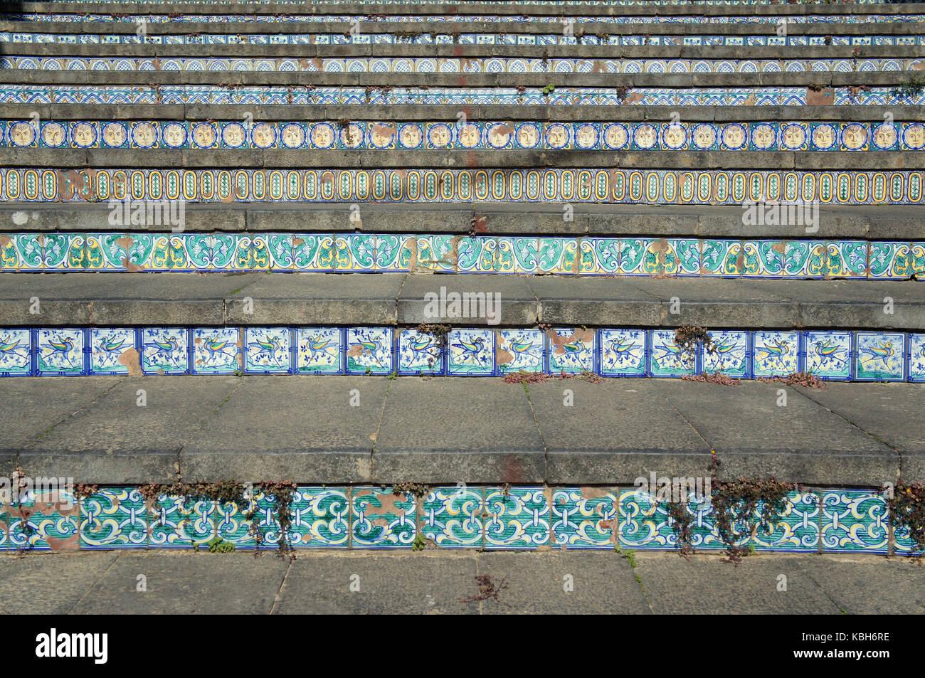 Scala costituita da gradini fatti di piastrelle ceramiche nella