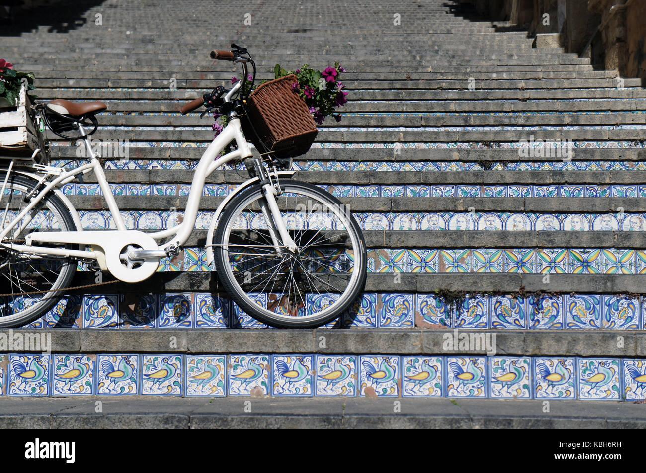 Bicicletta sulla scalinata con gradini fatti di piastrelle ceramiche