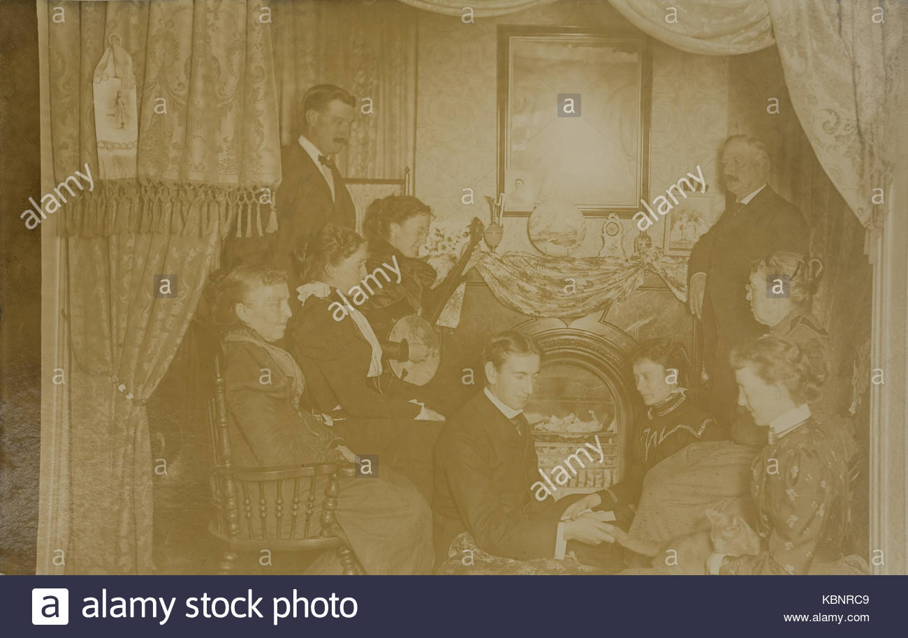 American archivio foto in bianco e nero di un gruppo di persone in un  salotto intrattenimento. Una donna è la riproduzione di un banjo. 03ecb83ddf50