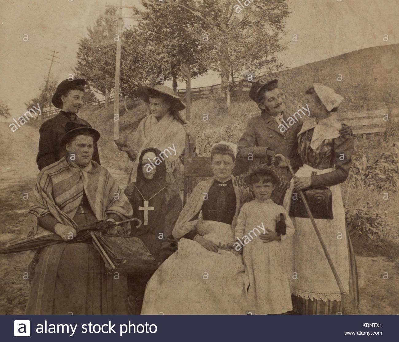 American archivio foto in bianco e nero di un gruppo di giovani per la  maggior parte persone in abiti fantasiosi costumi de52fe50f2e7
