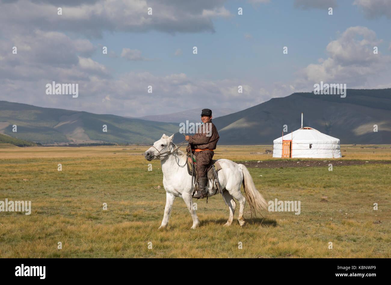 Huvsgul, Mongolia, Settembre 6th, 2017: uomo mongolo a cavallo nel nord del paesaggio mongolo Immagini Stock