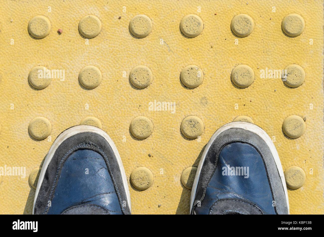 Vista dalla prima persona ai suoi piedi in piedi nella parte