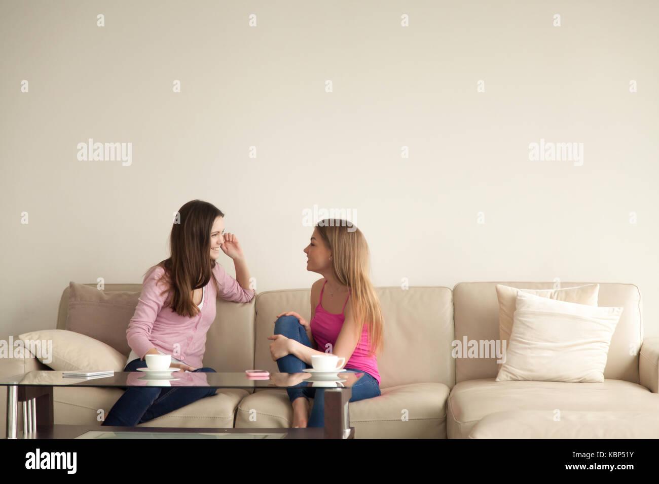 Due giovani amiche in un momento di relax a casa e avente conve personali Immagini Stock