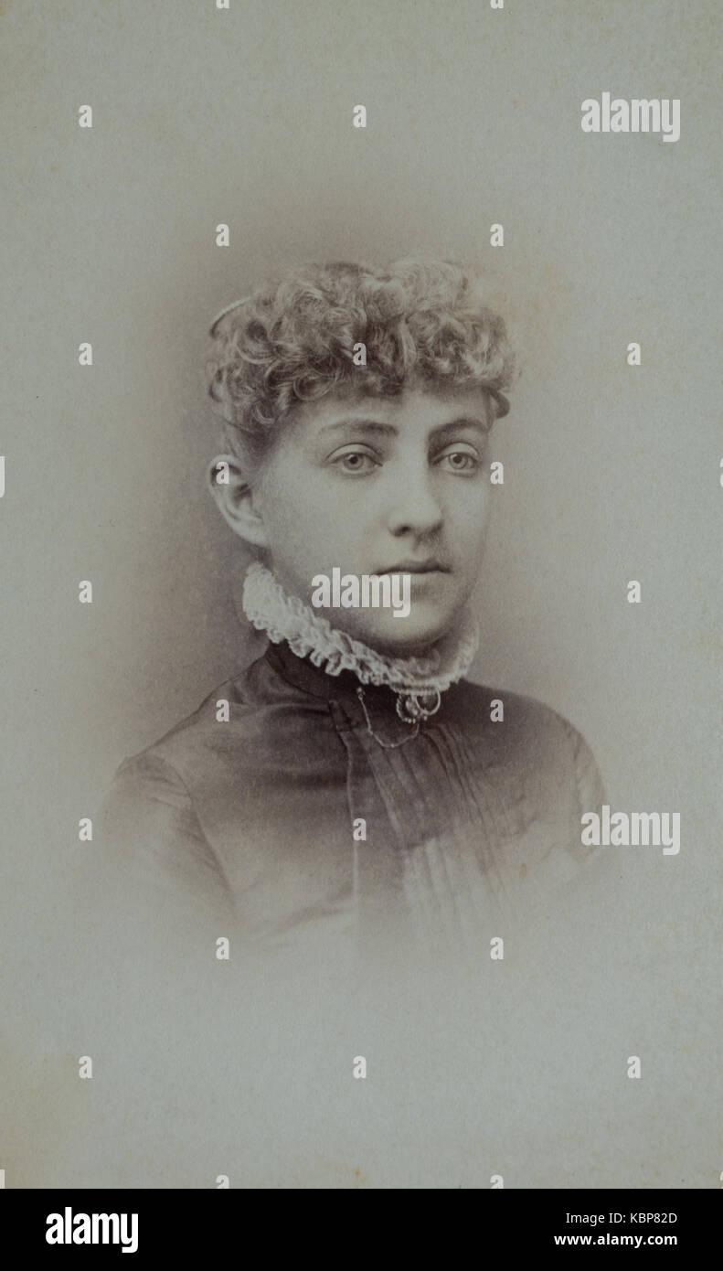 5a72075524f0 American archivio studio monocromatica fotografia ritratto di una giovane donna  con capelli ricci indossando un Immagini