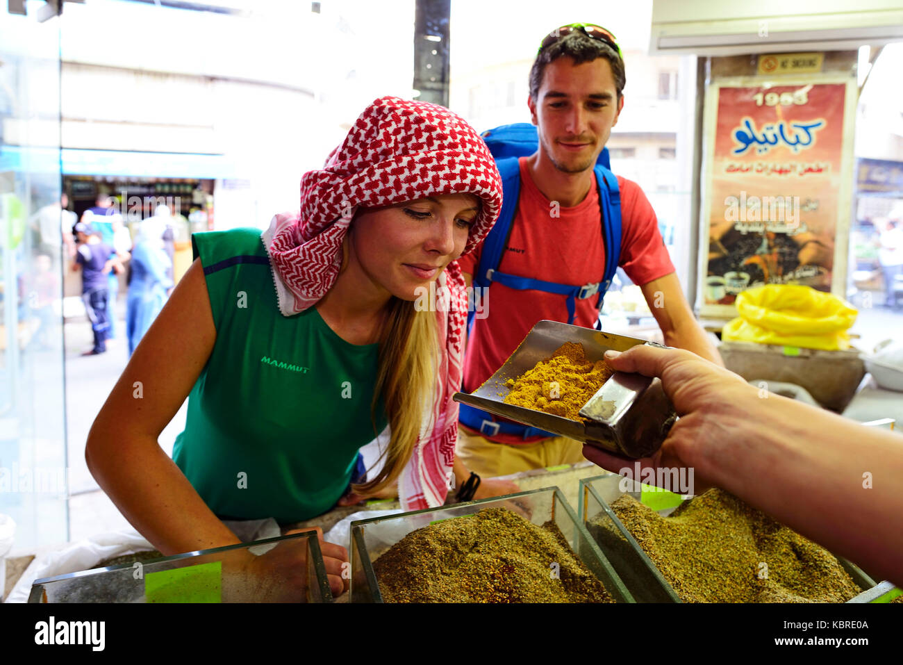 Tourist acquista le spezie, al balat, Amman, Giordania Immagini Stock