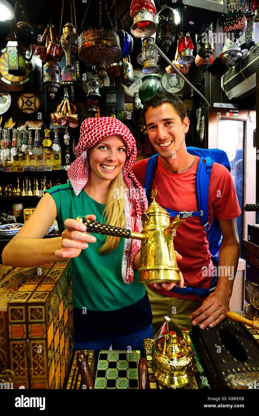 Tourist comprare souvenirst, al balat, Amman, Giordania Immagini Stock