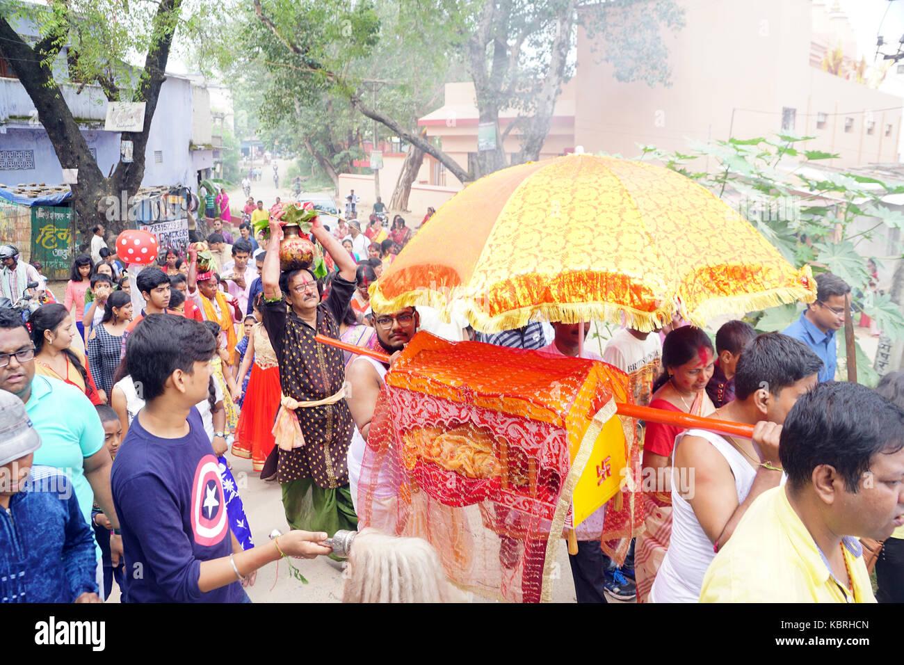 I devoti, sul modo per navratri kalash visarjan in occasione di durga puja. Immagini Stock