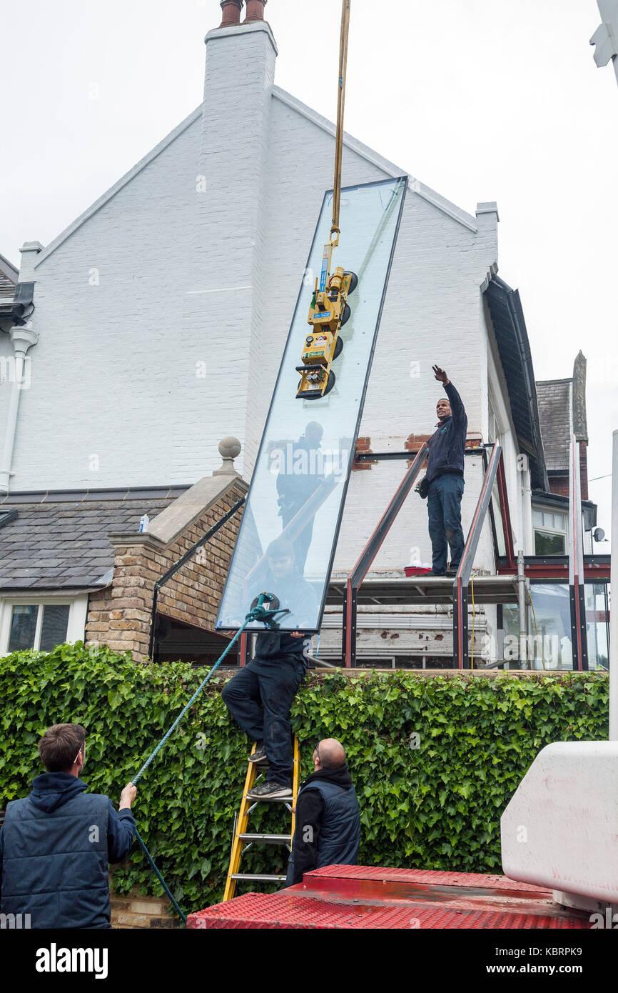 L'installazione di grandi pannelli di vetro in un conservatorio del tetto. Immagini Stock