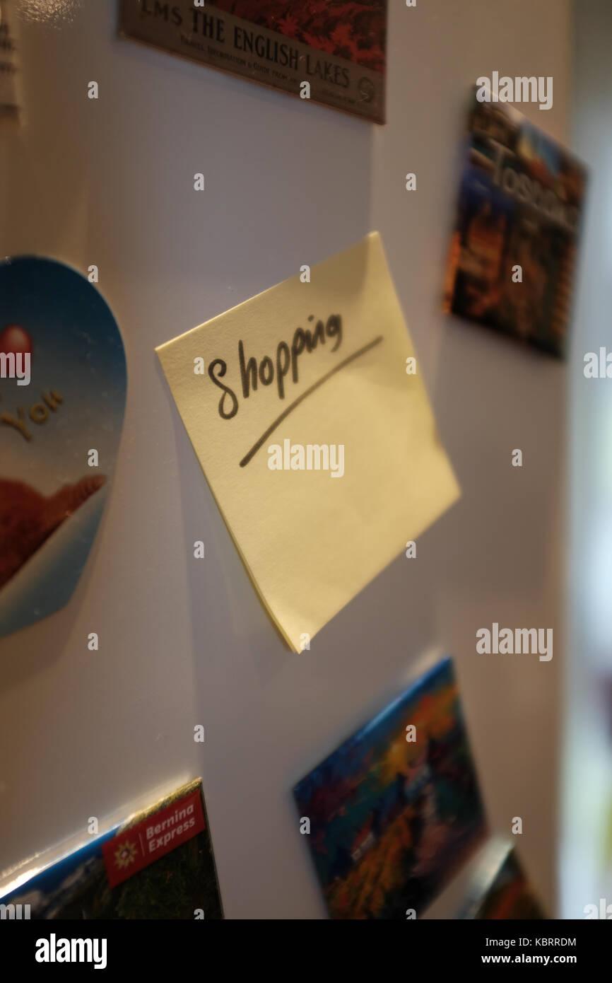 Post-it/promemoria su una porta frigo Immagini Stock