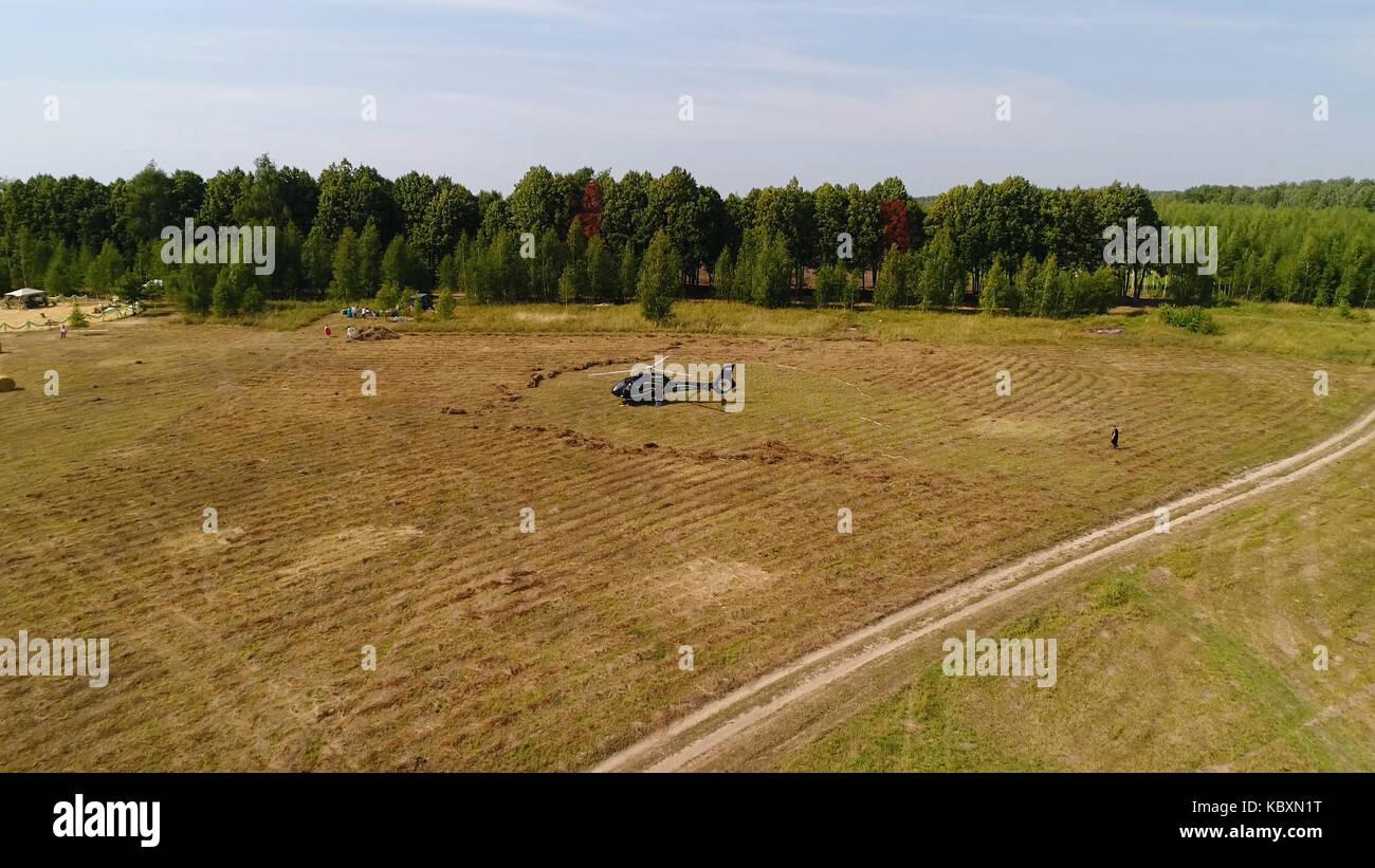 Elicottero è Arrivato Sul Campo Verde Elicottero Atterrato Su