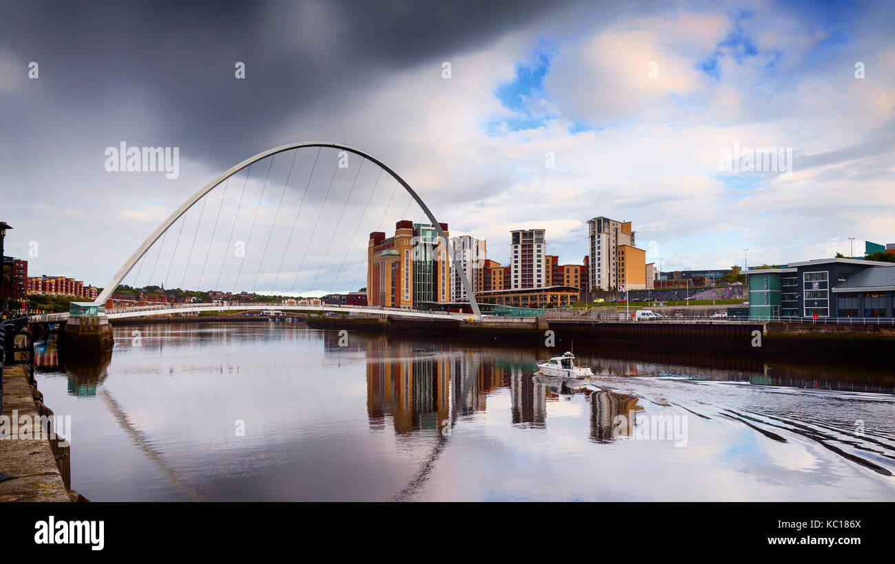 Gateshead Millennium Bridge di inclinazione, oltre il Fiume Tyne tra Gateshead Baltico del Centro per le Arti Contemporanee Immagini Stock