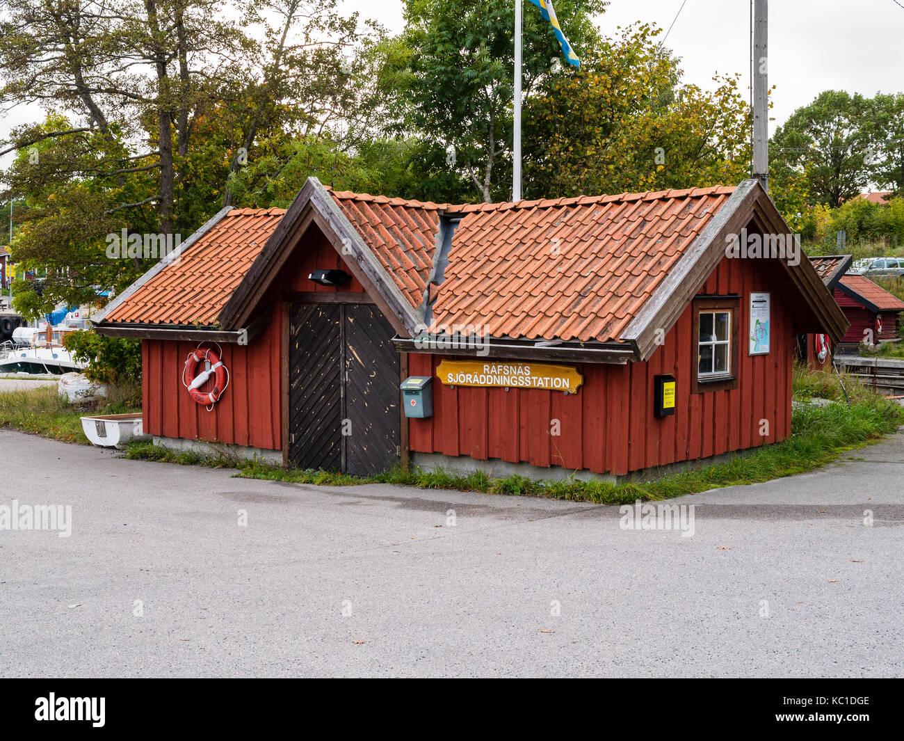 Casa della Società svedese di salvataggio marittimo nel porto di Räfsnäs , vicino a Grädddö, Rådmansö nell'arcipelago Roslagen, Stoccolma, Svezia, Europé. Foto Stock