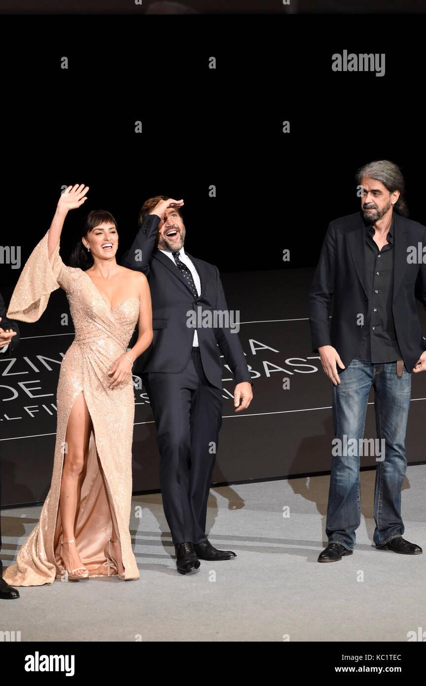 """Penelope Cruz, Javier Bardem e Fernando Leon de Aranoa partecipano alla prima """"Loving Pablo"""" durante il 65° Festival Foto Stock"""