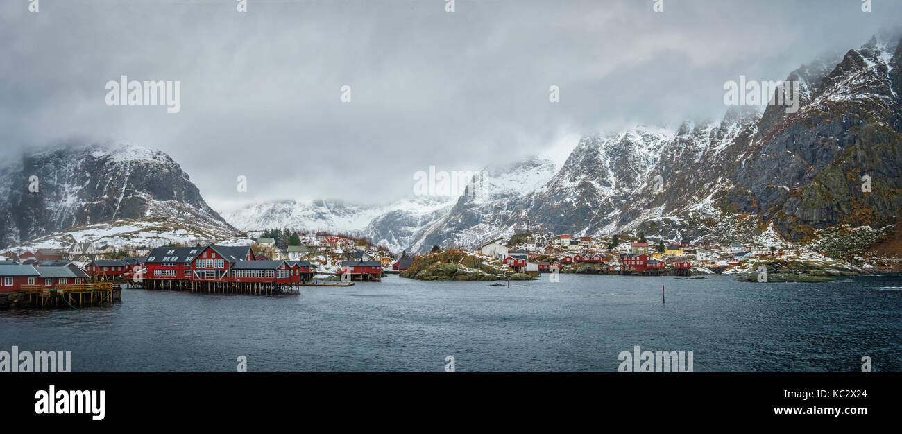 Un villaggio sulle isole Lofoten in Norvegia. panorama Immagini Stock