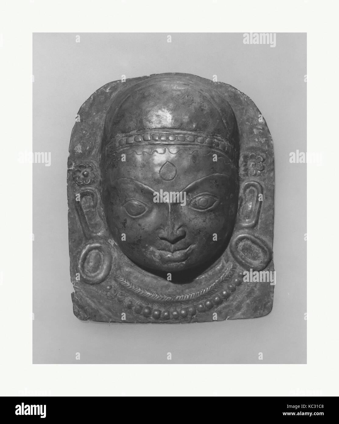 Placca in rilievo della divinità Indù, probabilmente processionale: volto di una divinità, probabilmente Immagini Stock