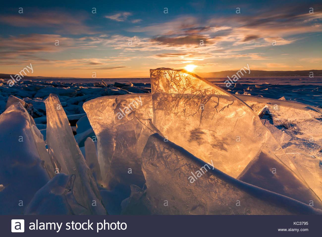 Tramonto colorato sopra il ghiaccio cristallino del lago Baikal Immagini Stock