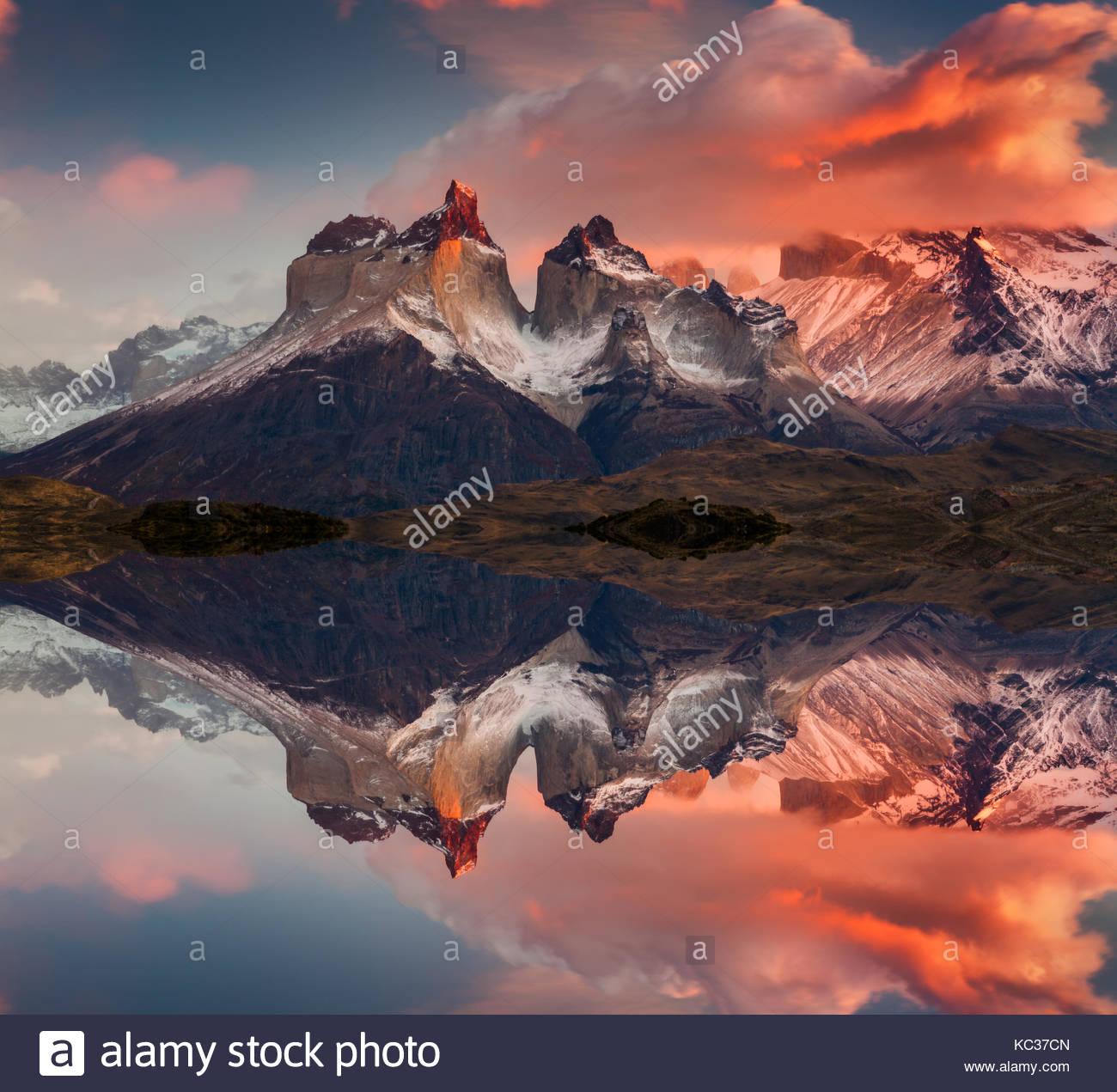 Sunrise nel parco nazionale Torres del Paine, lago pehoe e montagne cuernos, Patagonia, Cile Immagini Stock