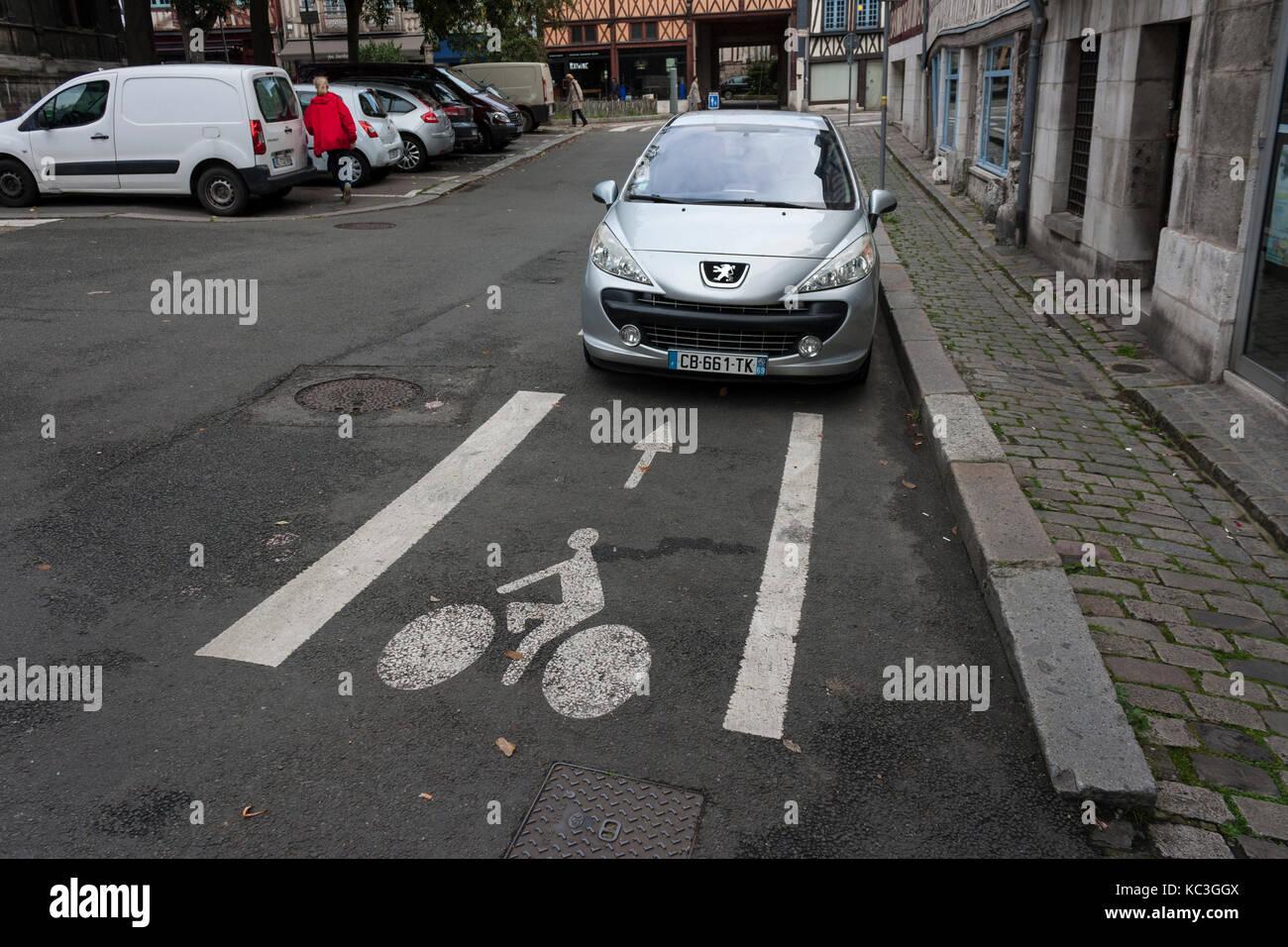 Auto parcheggiata blocco ciclo designato lane in rouen, Normandia, Francia Foto Stock