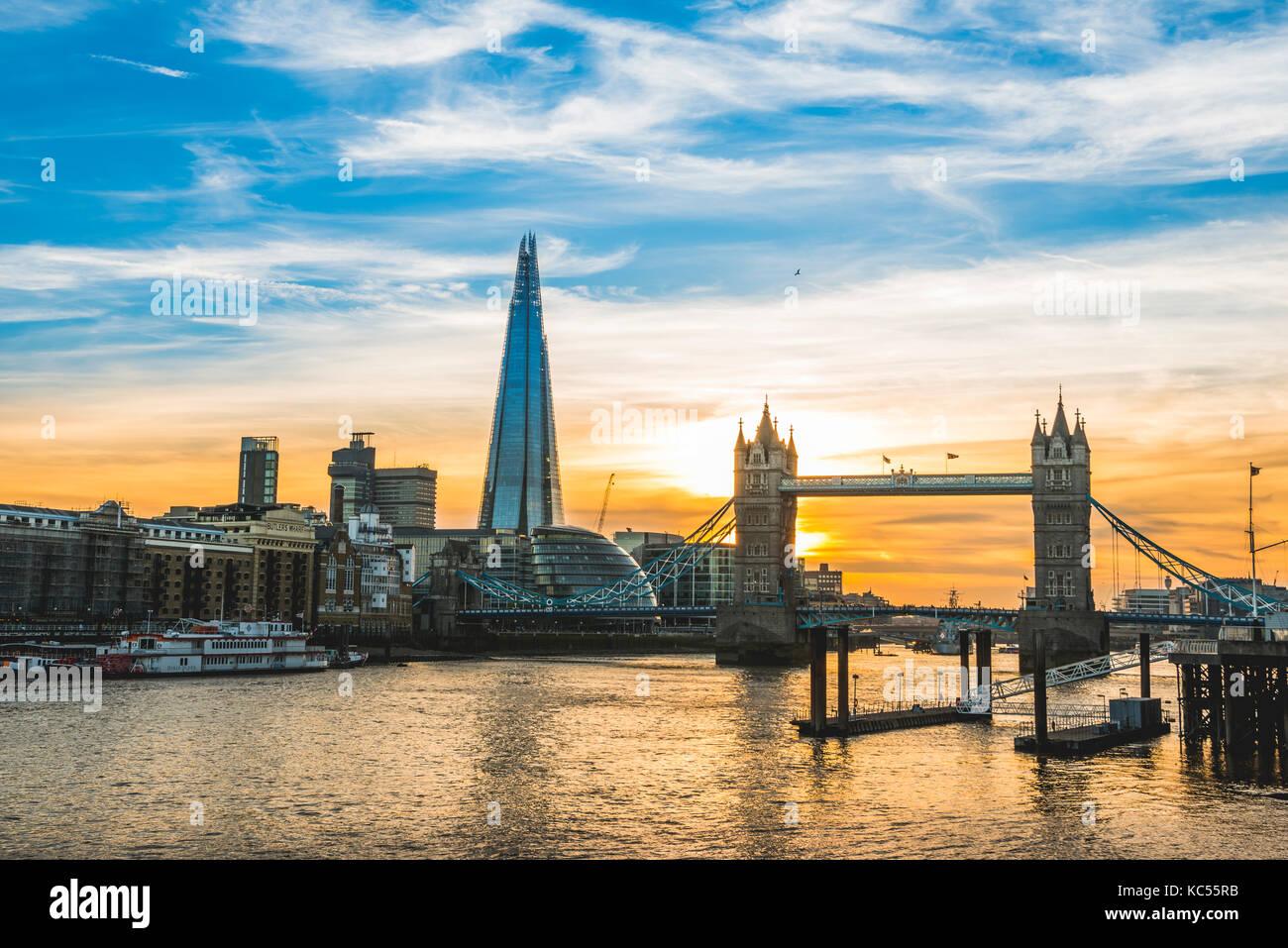 Themse, Themse, Tower Bridge, Shard, sonnenuntergang, wasserspiegelung, Southwark, st katharine & Wapping, Londra, Immagini Stock