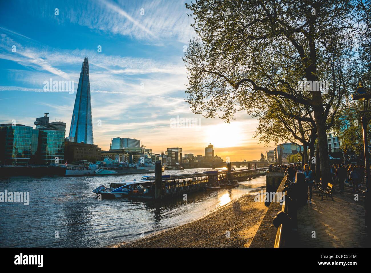 Riverside promenade sul Tamigi, torre pier, skyline, Shard, al tramonto, Southwark, Londra, Inghilterra, Regno Unito Immagini Stock