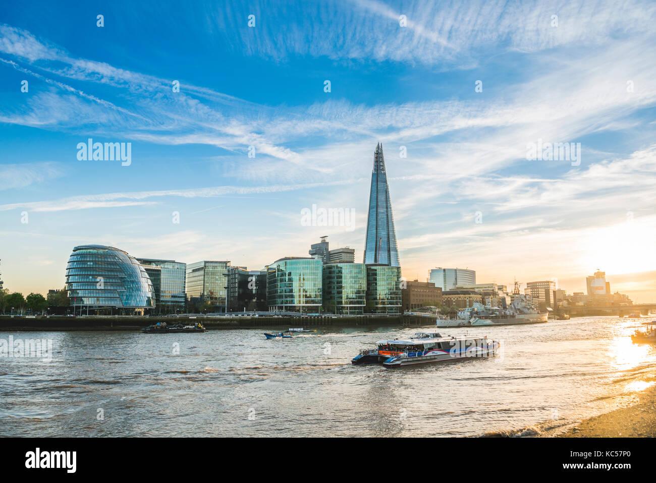 Riverside promenade sul Tamigi, torre del molo, skyline del complesso per uffici più Londra riverside, london Immagini Stock