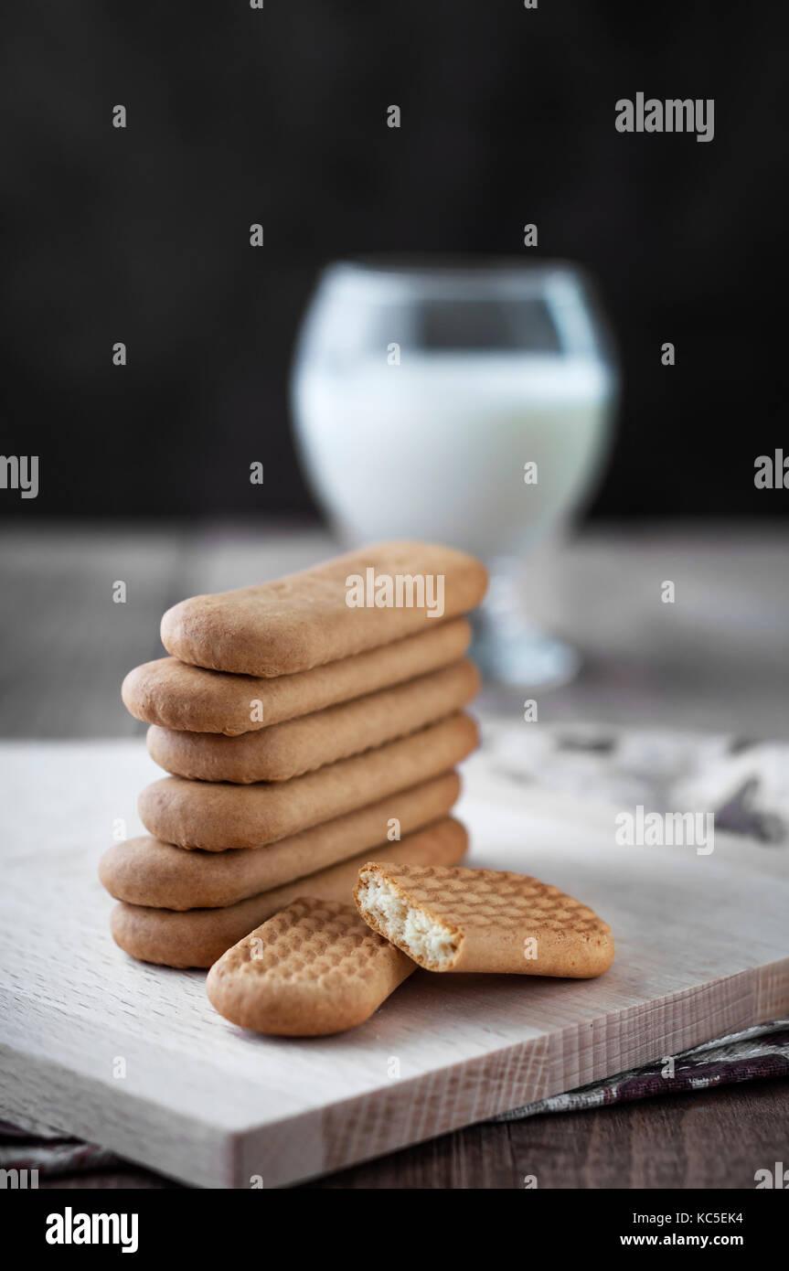 Biscotti e latte sul tavolo, close up Immagini Stock