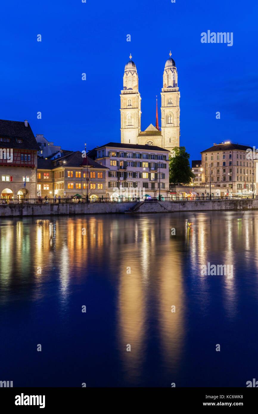 La svizzera, Zurigo, grossmunster chiesa e limmat di notte Foto Stock