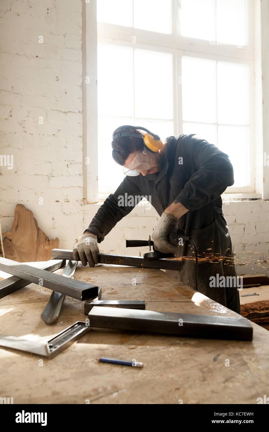 Artigiano che fa il suo nuovo progetto in officina Foto Stock