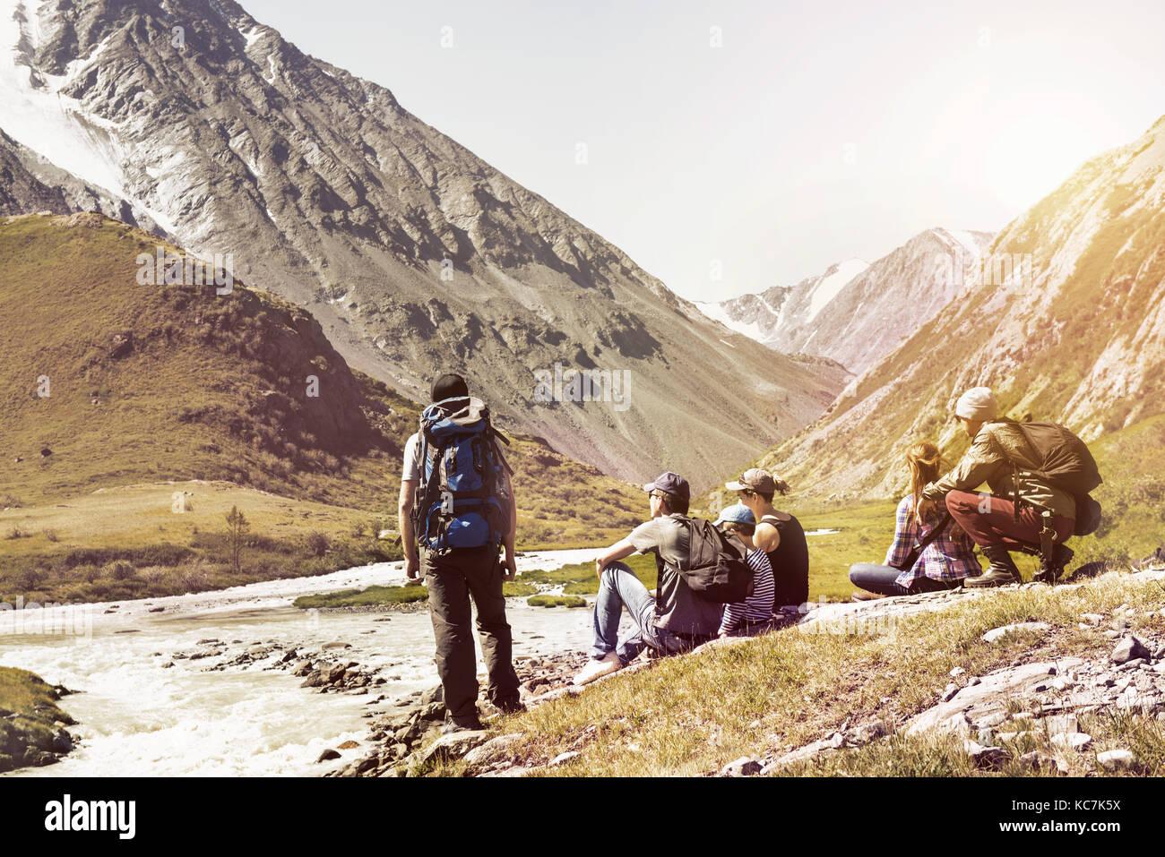 Grande gruppo di persone viaggi spedizione montagne Immagini Stock