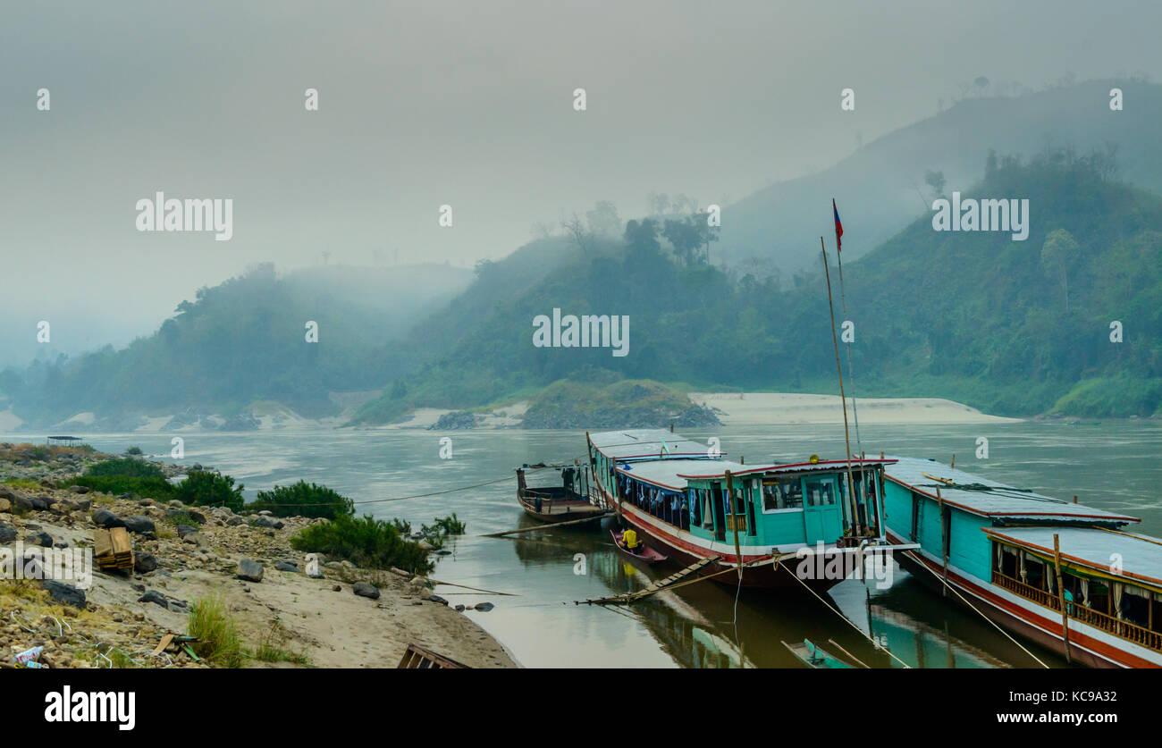 Barca lenta ormeggiata sulla riva del Mekong - la mattina presto, Loa, Asia Immagini Stock
